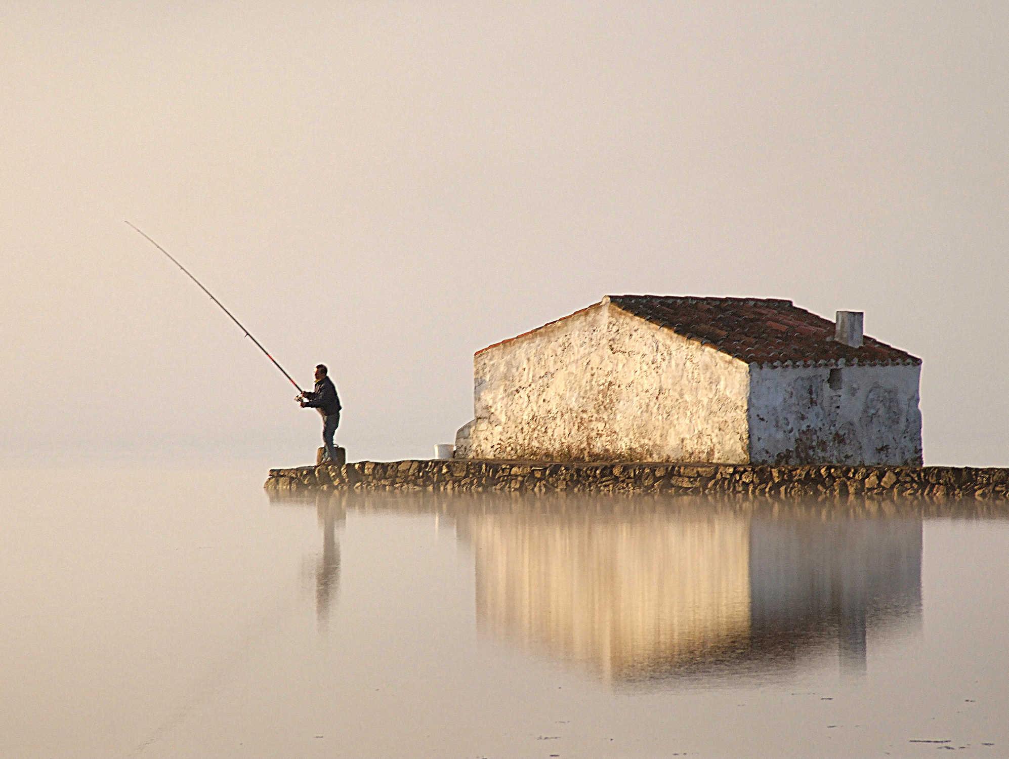 Pescant dins la badia de Fornells